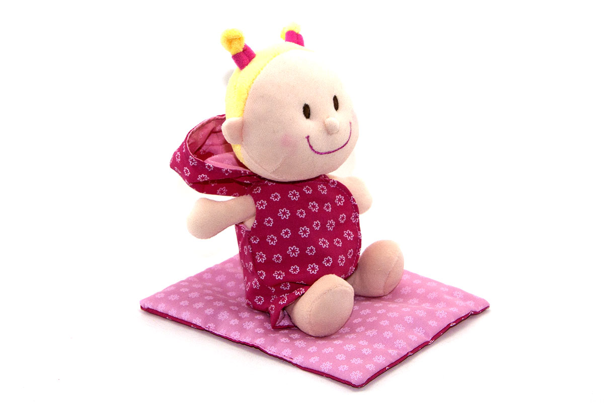 Bébé Chloé est couché confortablement dans son petit couffin douillet, en-dessous de sa couverture. Au réveil, on change le lange. C'est tellement chouette d'être bébé. Le lange et le pyjama sont faciles à enlever et remettre pour des petites mains.
