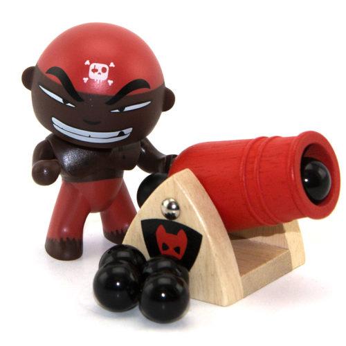 """Djambo est l'artilleur en chef des Arty toys. Il est un peu fanfaron mais il faut bien avouer qu'il est d'une précision diabolique. Il aurait à lui tout seul coulé plus de 30 navires. Mieux vaut l'avoir avec soi que contre soi ! Il prend part à toutes les expéditions du capitaine Sam parrot sur son célèbre bateau """"Ze Pirate Boat"""""""
